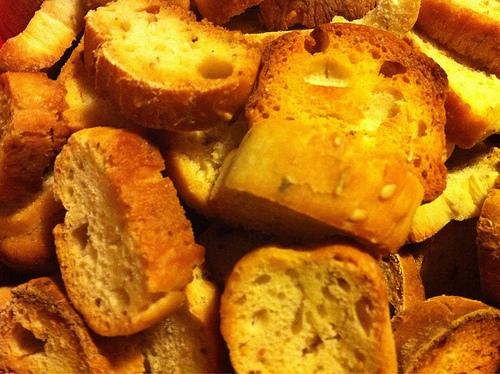 Crostini di pane al sale aromatizzato