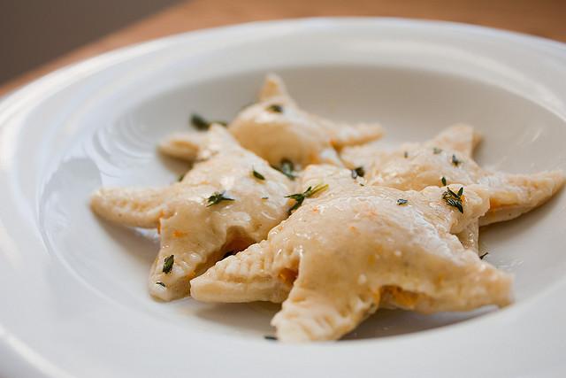 Ricetta: ravioli stella con prosciutto e pistacchi